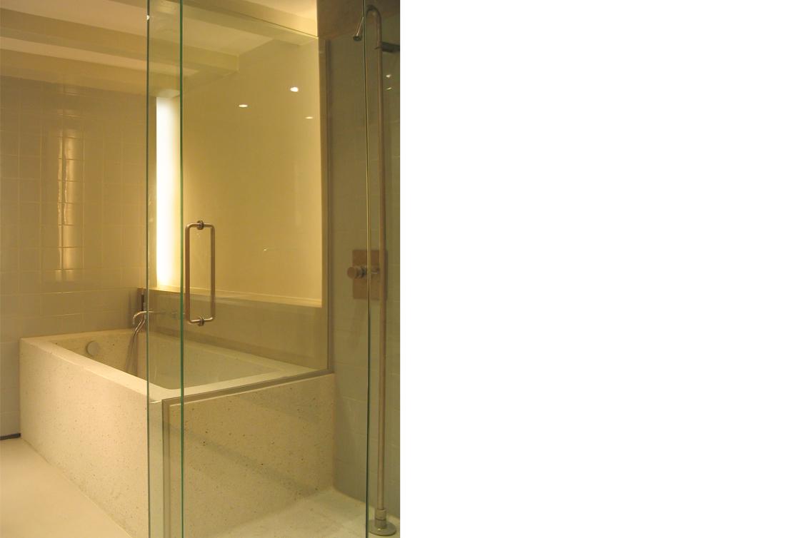 appartement,Reguliersgracht,pakhuis,amsterdam,verbouwing pakhuis,pied a terre,vilt,kasten,eikenhout,loft, kleur,roos meeder, meeder ontwerpers, interieur,badkamer