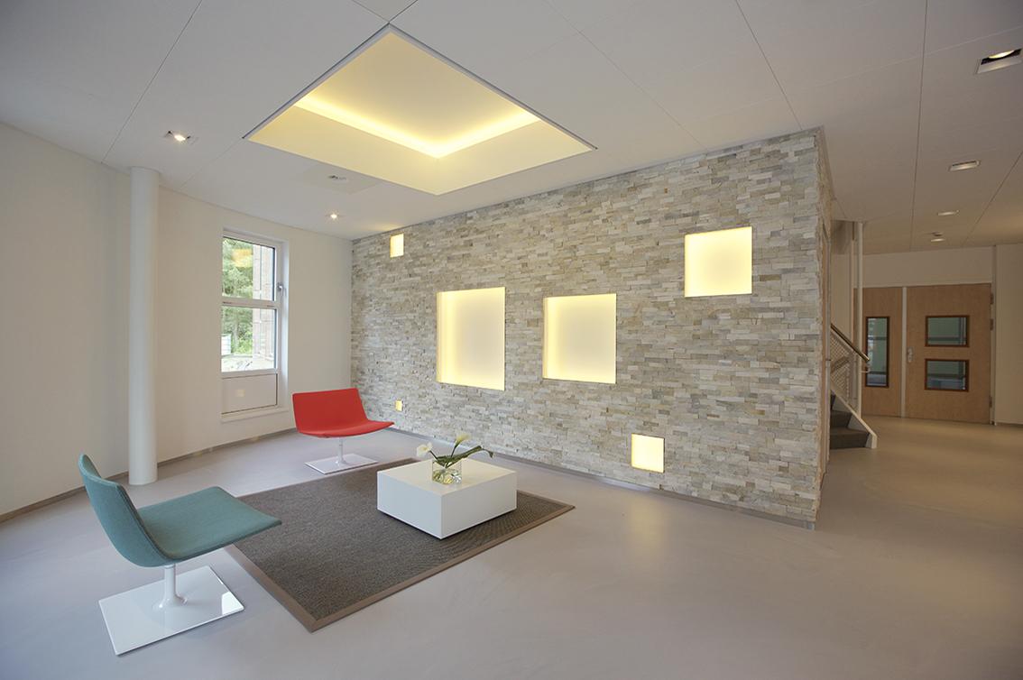 apollo, kantoor, entreehal, olympia, hilversum, natuursteen strips, vierkanten, nissenwand, meeder ontwerpers, roos meeder