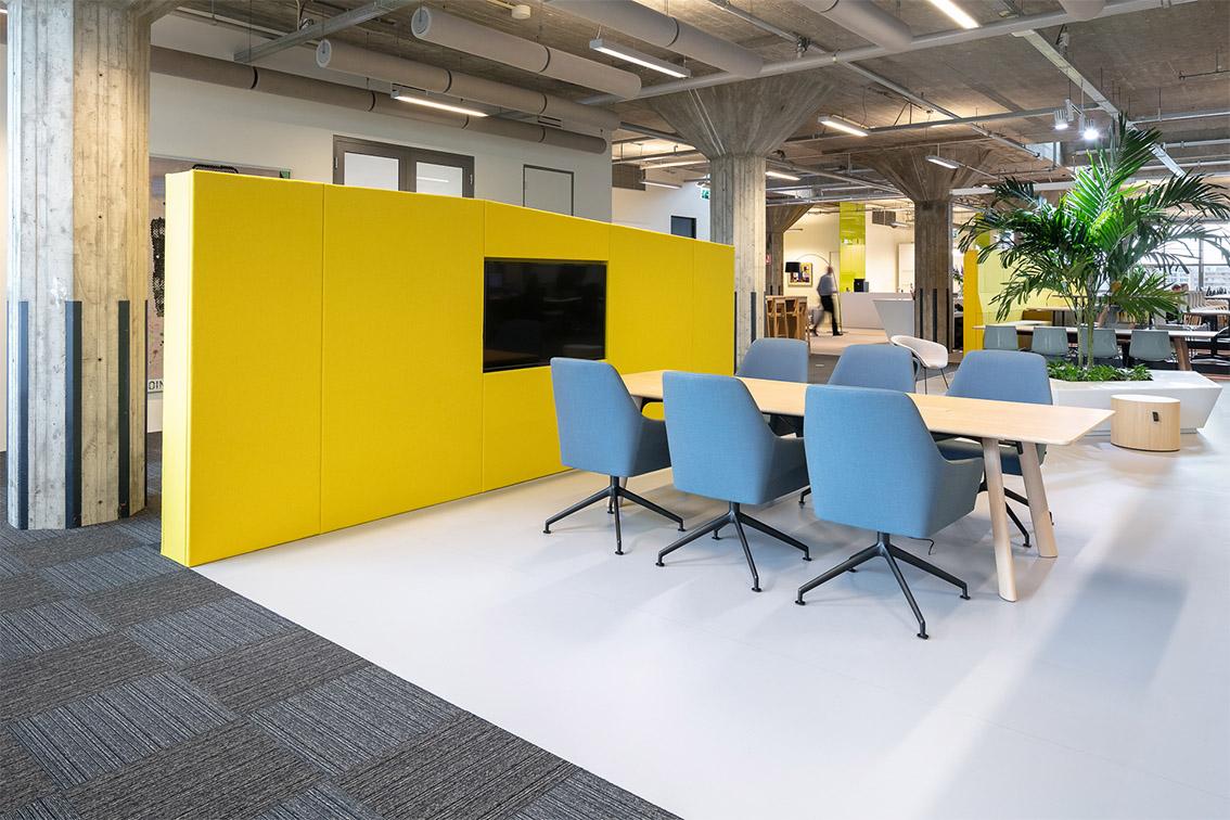 Yuki, Hoofdkantoor Yuki, Las Palmas, Rotterdam, Wilhelminakade, Headquarters Yuki, Office interior, open meetingroom, vergaderplek, gele wand, beton, Concrete interior, Meeder Ontwerpers, Roos Meeder