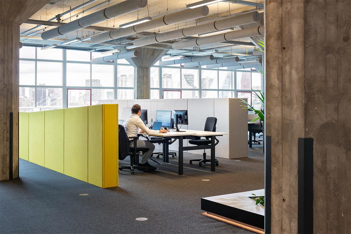 Yuki, Hoofdkantoor Yuki, Las Palmas, Rotterdam, Wilhelminakade, Headquarters Yuki, Office interior, gestoffeerde wand, werkplek, erasmusbrug, Concrete interior, Meeder Ontwerpers, Roos Meeder