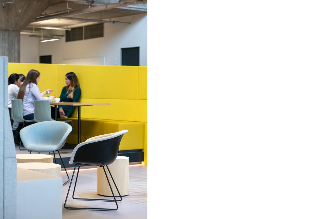 Yuki, Hoofdkantoor Yuki, Las Palmas, Rotterdam, Wilhelminakade, Headquarters Yuki, Office interior, kantine, podium, cafe, gestoffeerde wand, beton, Concrete interior, Meeder Ontwerpers, Roos Meeder